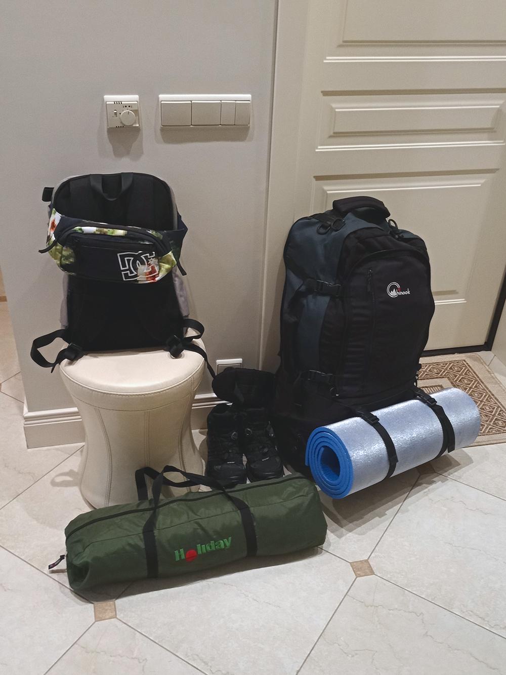 Все вещи на две недели поместились в одном большом рюкзаке, а в маленьком — техника