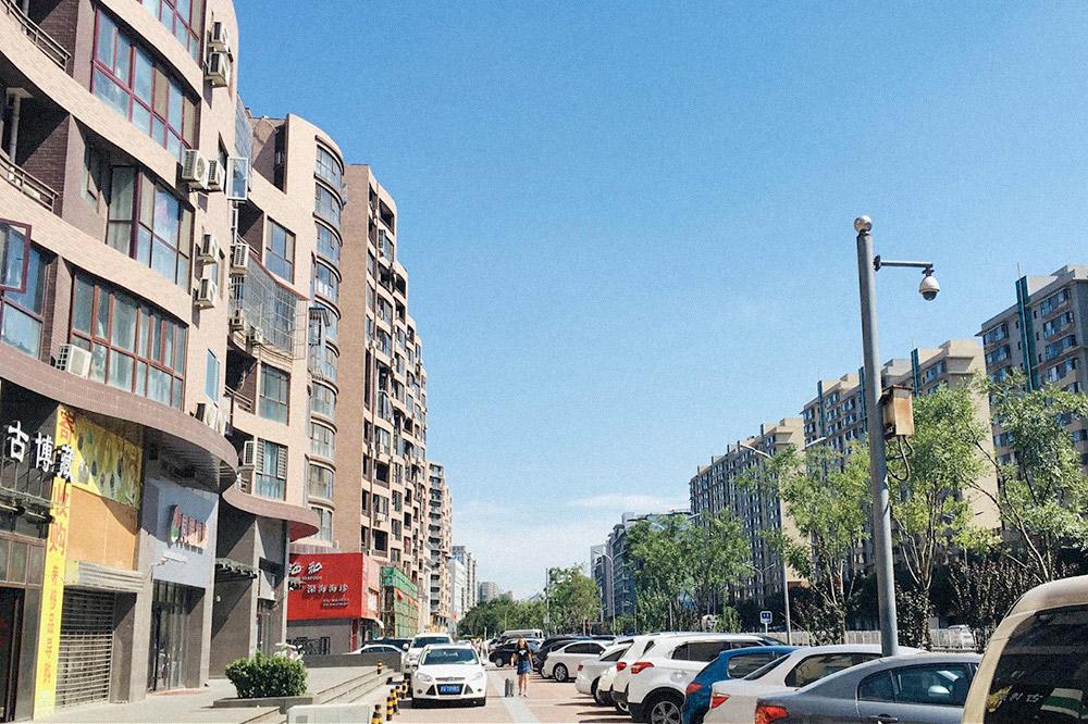 Слева на фотографии — дом, где была моя вторая комната в Пекине. Там я жила с неадекватными соседями и съехала через три месяца