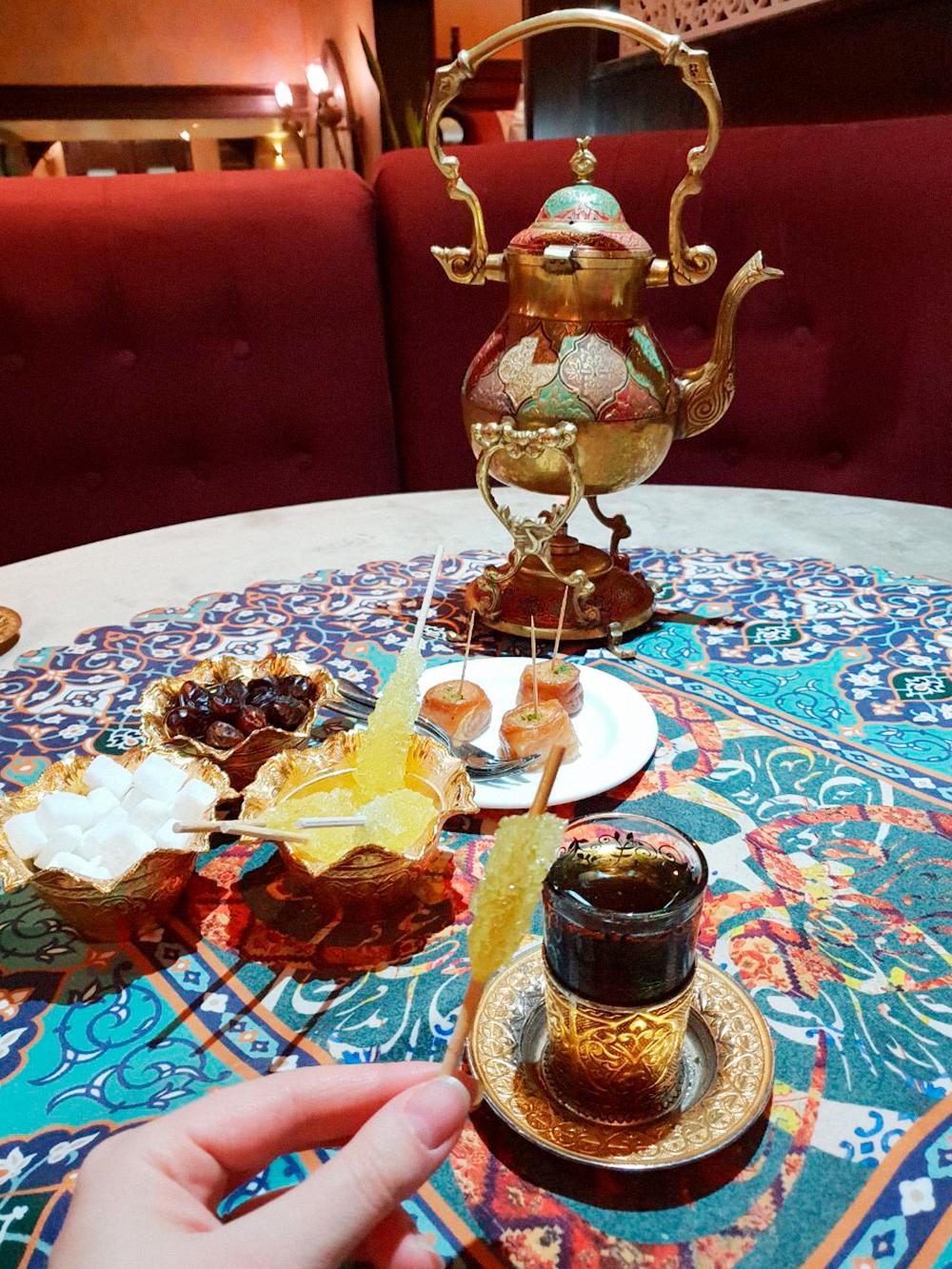 Так красиво подают чай в ресторане персидской кухни. Сахар с шафраном на палочке называется «набот»