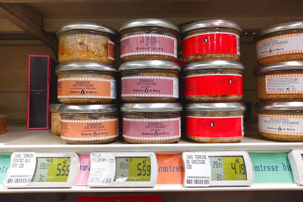 Террин — негомогенизированный паштет со специями и орехами. Его намазывают на хлеб или едят сам по себе. Продается в стеклянных банках за 4—6€ (284—426 рублей)