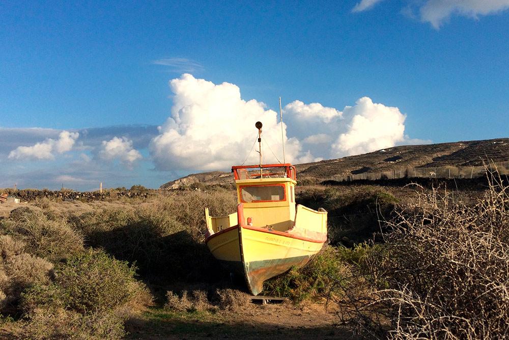 Просто лодка, оставленная посреди суши