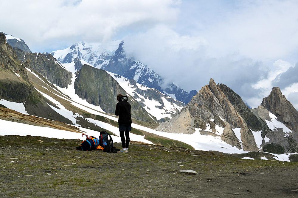 На высоте — захватывающие виды скалистых гор и ледяной ветер