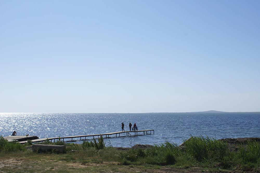 Семейное кафе находится рядом с морем. Дегустацию можно совместить с купанием