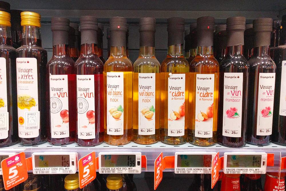 Во Франции любят ароматизированный уксус и добавляют его в салаты и маринады. Советую попробовать яблочный нормандский и малиновый уксус, каждый по цене 1—2€ (71—142 рубля) за 250 мл
