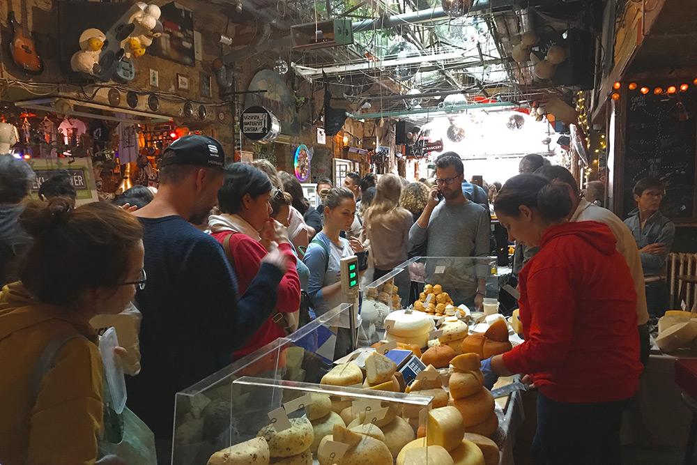 Там можно купить фермерские сыры, молоко, соки, специи, консервы, свежие овощи и фрукты