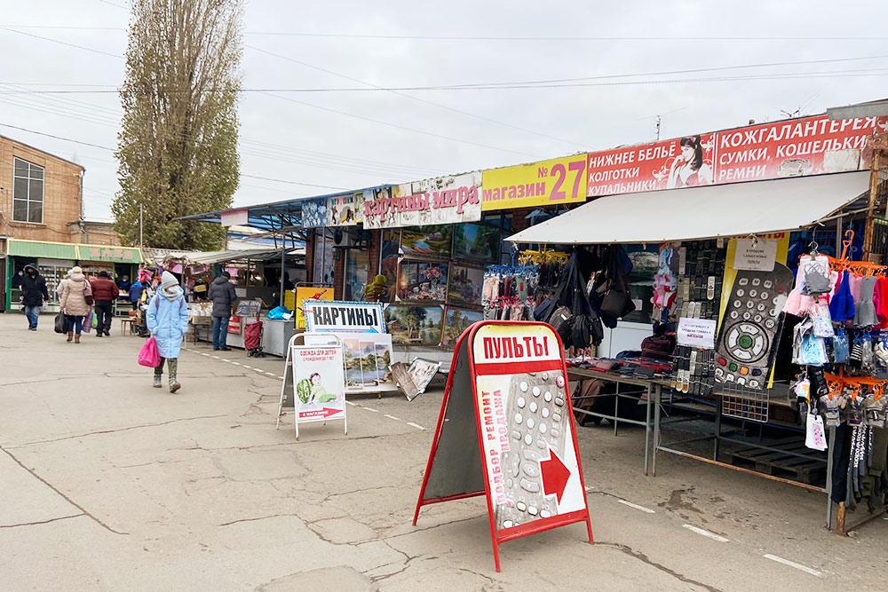 На Центральном рынке до сихпор царит атмосфера девяностых годов: киоски с пиратскими компакт-дисками, одежда и обувь на лотках и даже валютчики с сумками на животе