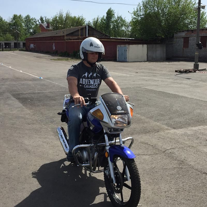 Это единственный мотодром в Курске. Тут мы учились и сдавали экзамен. Мотоцикл на фото — тот самый учебный «ёбрик»