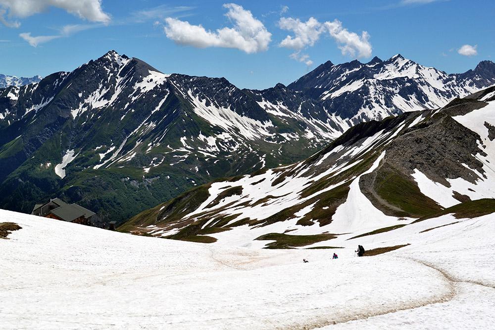 Спуск со снежной вершины в долину через французские Альпы. При спуске вся нагрузка переходит на колени: идти в гору и спускаться с нее одинаково тяжело