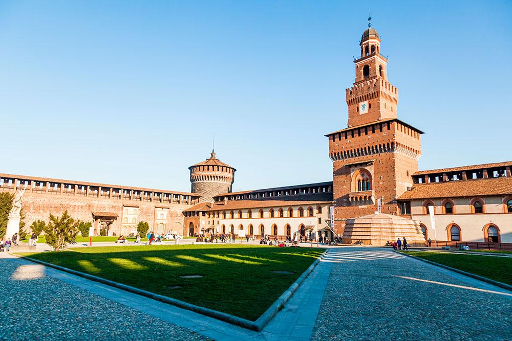 Кастелло Сфорцеско напоминает Московский Кремль формой башен и стеной с зубцами