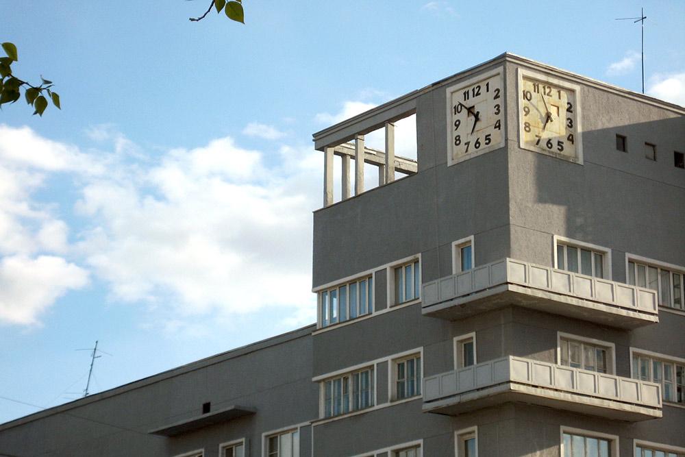 Дом с часами на Красном проспекте, 11. Пример конструктивизма, входит в список культурного наследия