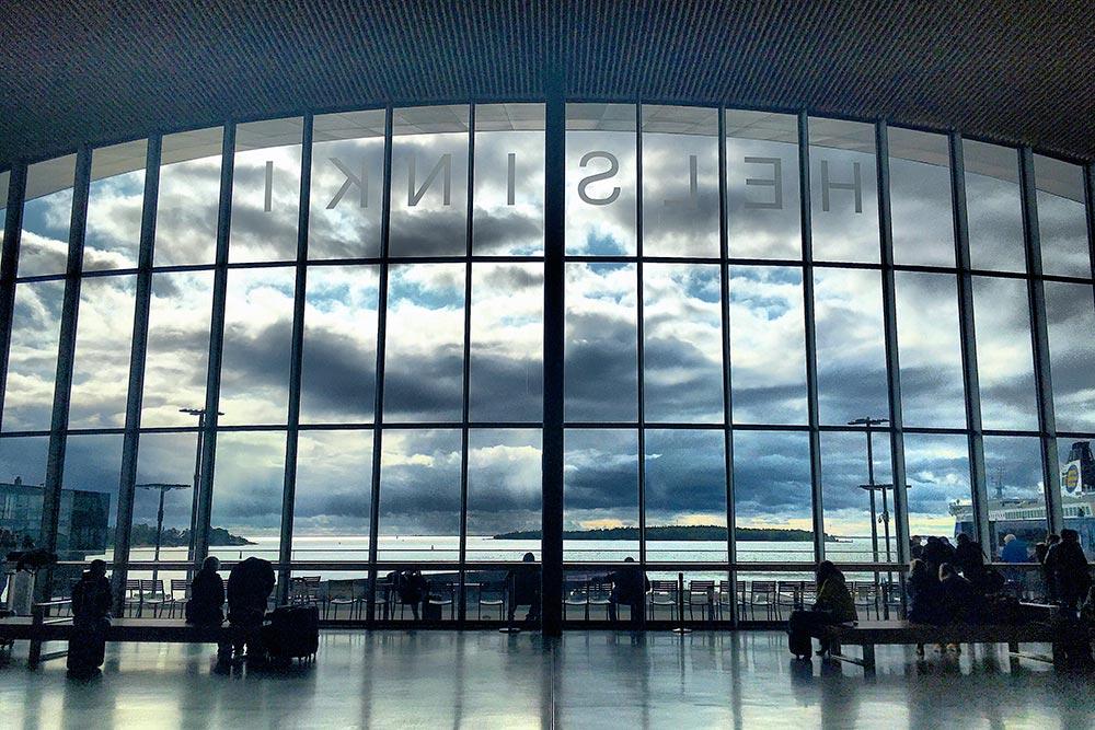 Внутри терминала 2 огромный панорамный вид на залив. Это самый красивый и современный терминал из всех, что я видела в поездке