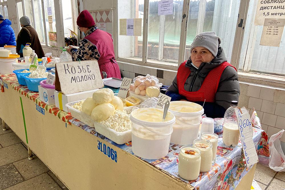 Несмотря на то, что некоторые продукты, которые продает Людмила, дороже магазинных, они вкуснее, поэтому за домашним кислым молоком, маслом и творогом я езжу только к ней