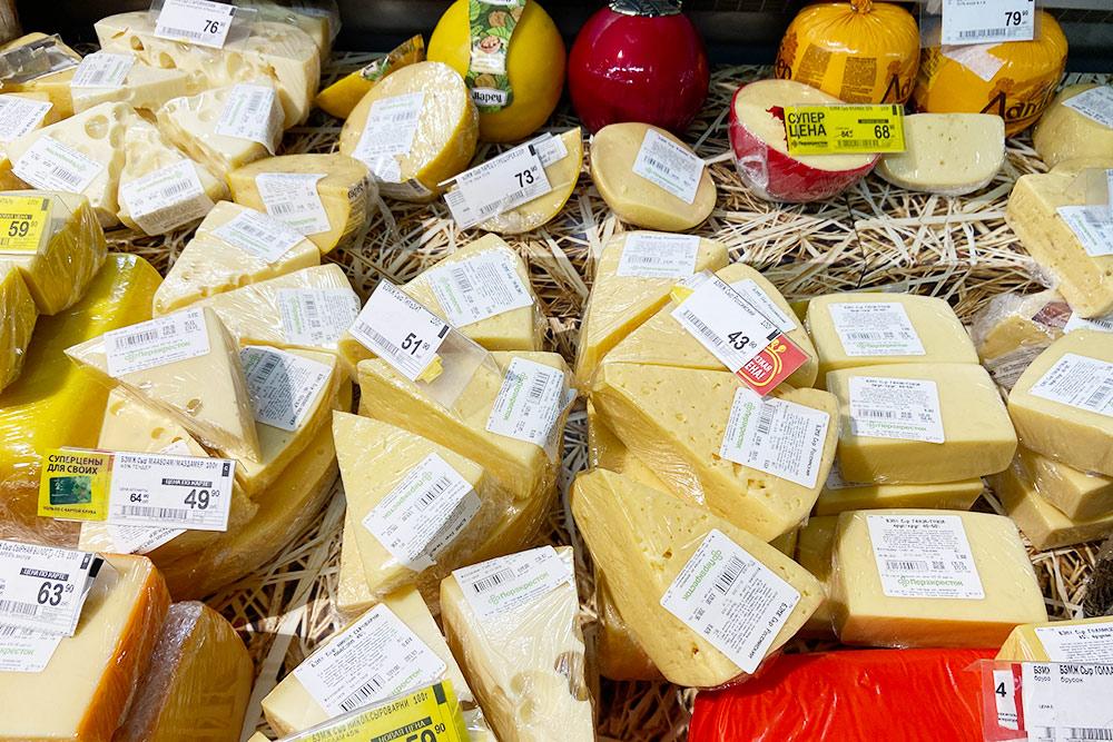 Цена на сыр в «Перекрестке» указана за 100граммов. Если перевести в килограммы, то окажется, что по стоимости это вполне сопоставимо с фермерским сыром, который продают на рынке