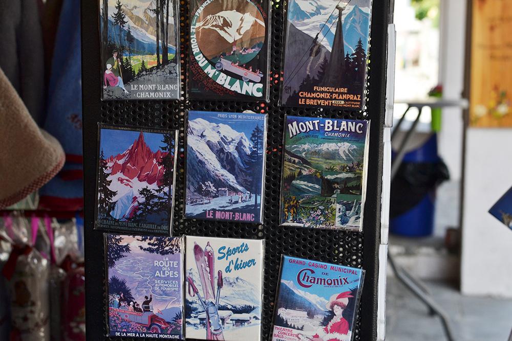 В деревнях есть множество магазинов с сувенирами. Магниты стоят от 2€ (148<span class=ruble>Р</span>)