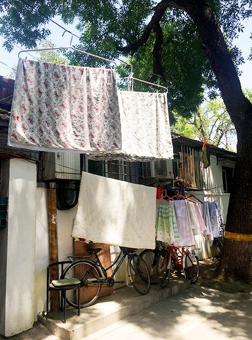 В хутонгах до сих пор сушат белье на улицах и хранят хлам во дворах