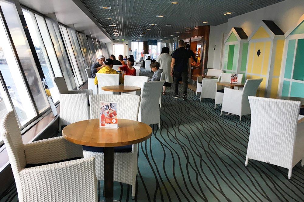 На ресторанной палубе множество столиков с видом на море