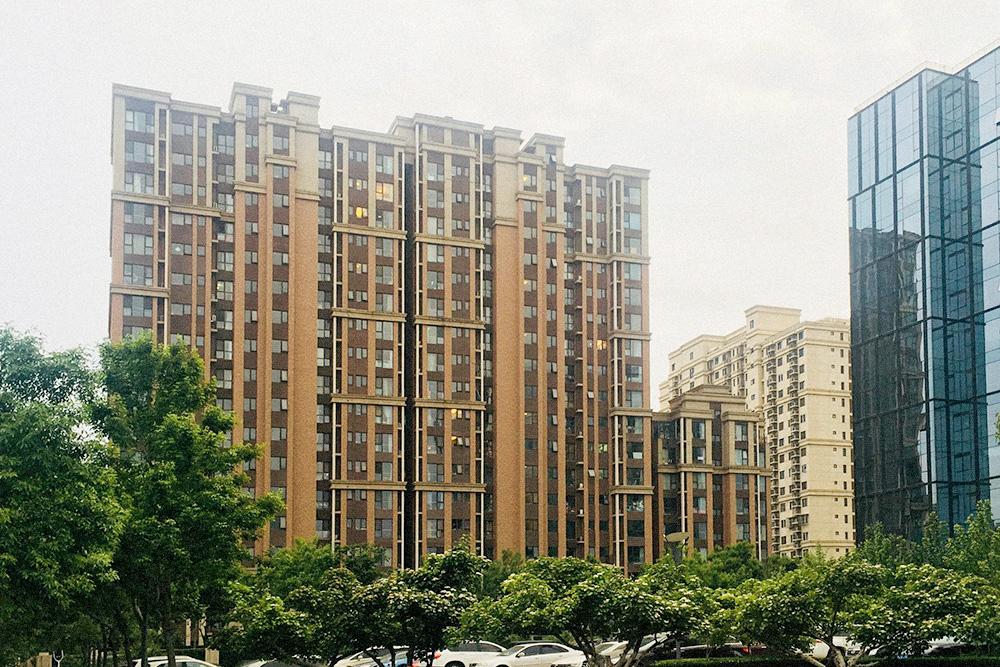 Так выглядят китайские новостройки, все они очень похожи. Купить жилье в них может любой желающий, если есть деньги. В среднем один квадратный метр в Пекине стоит около 500 000<span class=ruble>Р</span>