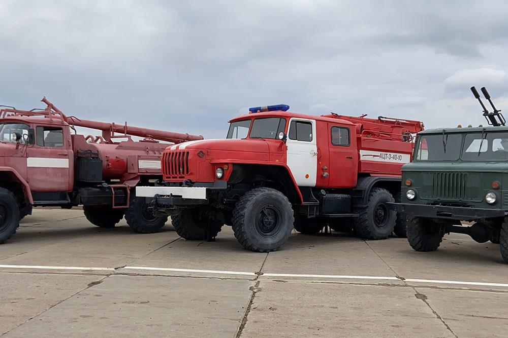 В музее «Самбекские высоты» бесплатно можно увидеть уличную выставку армейских машин 20 века. Интересно, как сюда затесались пожарные машины