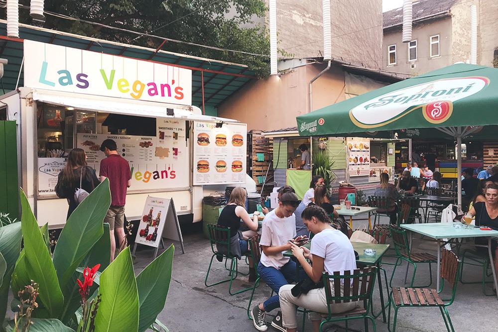 В Vegan Garden много веганского стритфуда. Еще там проводят рынки выходного дня, семинары об осознанном потреблении и много всего другого на тему экологии