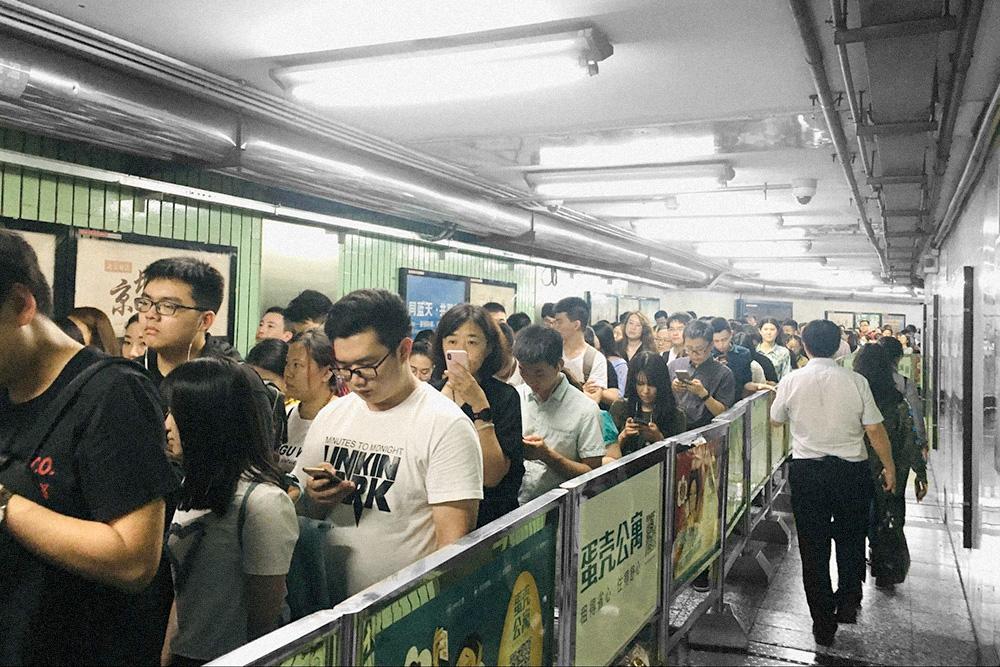 Очередь на станции метро в деловом квартале Пекина в 6 часов вечера