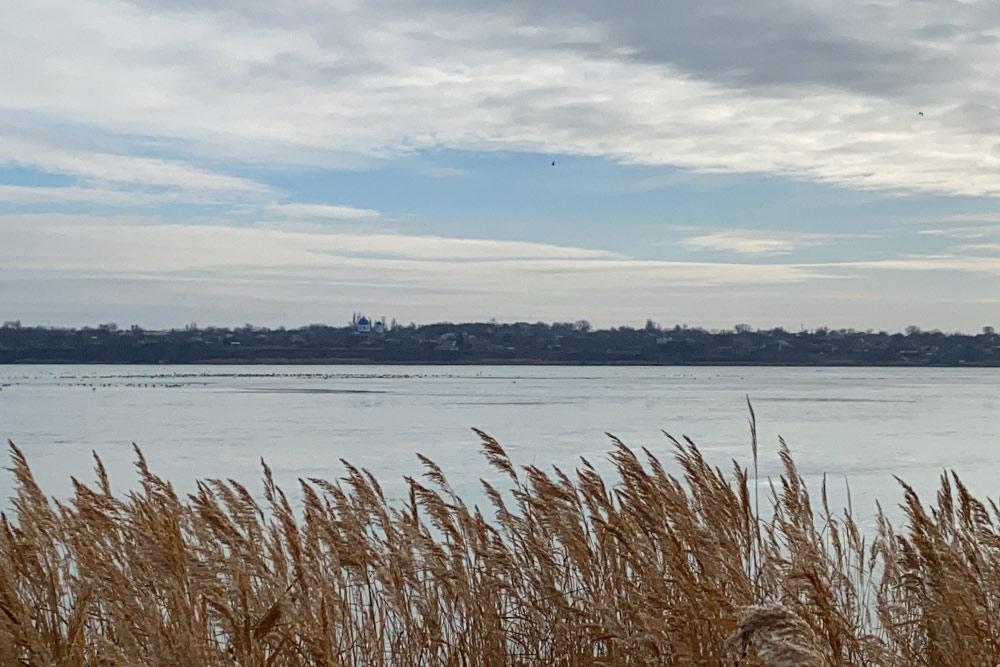 Красоты миусского берега в районе хутора Александрово-Марково. На другом берегу видна деревенская церквушка