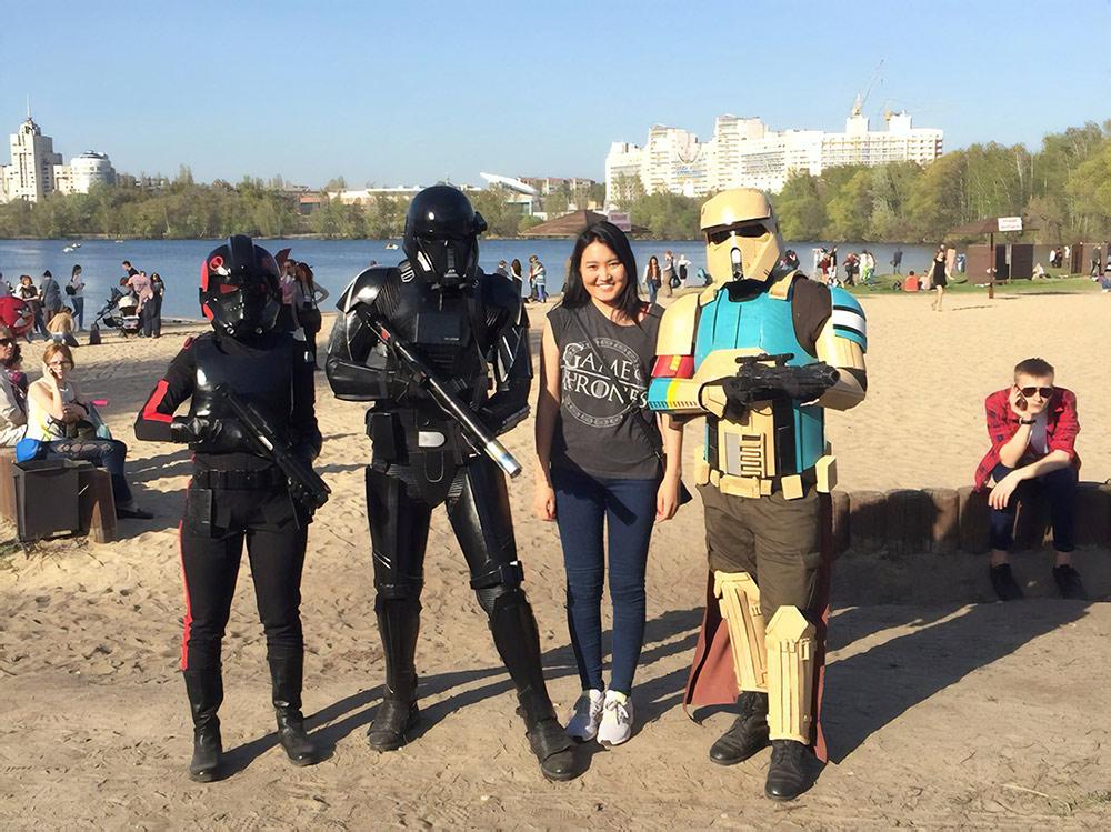 Помимо крупных фестивалей в Воронеже проходят и события поменьше. На фото моя жена с участниками Всероссийского фестиваля японской анимации. Сотня косплееров — людей, которые переодеваются в костюмы фантастических персонажей, — ходили два дня по парку «Алые паруса»