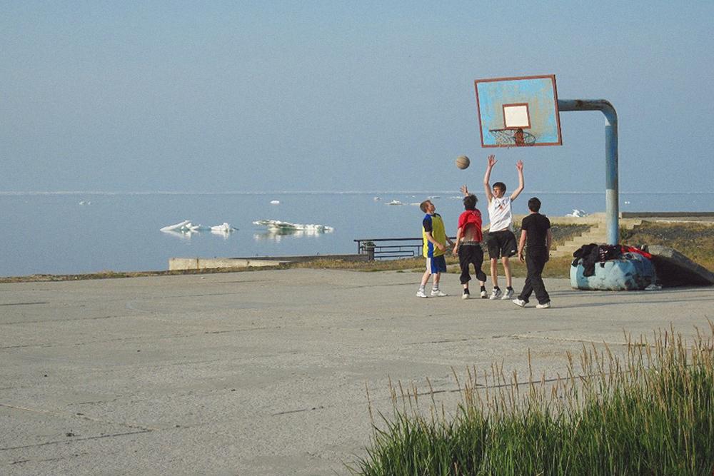 Жаркая июльская игра в баскетбол на берегу Северного Ледовитого океана