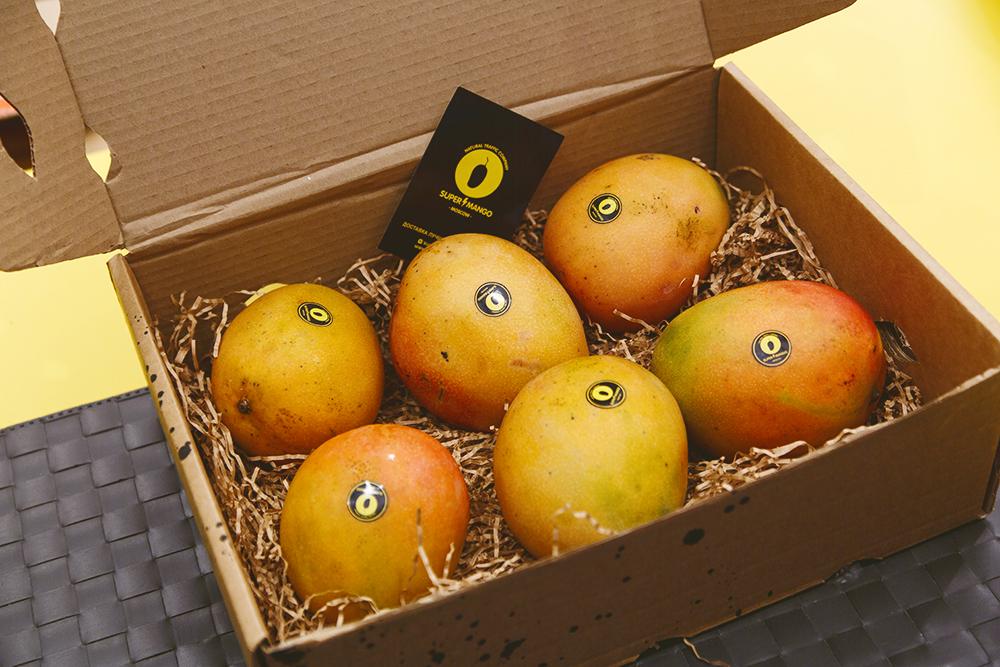 В каждую коробку вмещалось 3 кг манго. При покупке коробки на 3 кило доставить фрукты обещали бесплатно