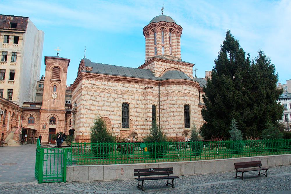Церковь Святого Антона. Внутри — привычные иконы, алтарь и росписи на стенах