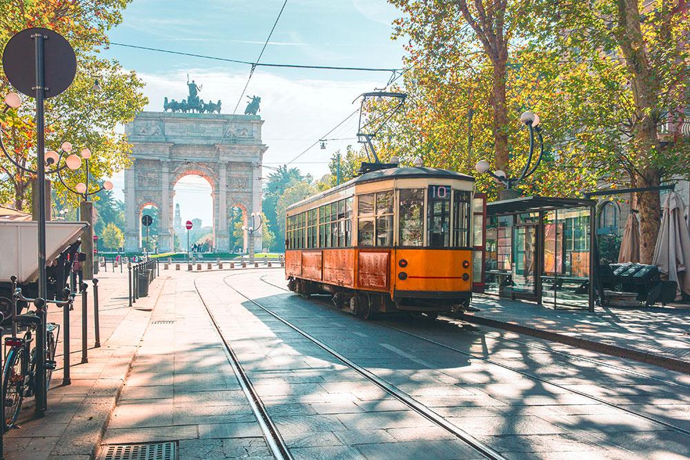 В Милане до сих пор в качестве общественного транспорта используют старинные трамваи. Их запустили в двадцатых годах прошлого века