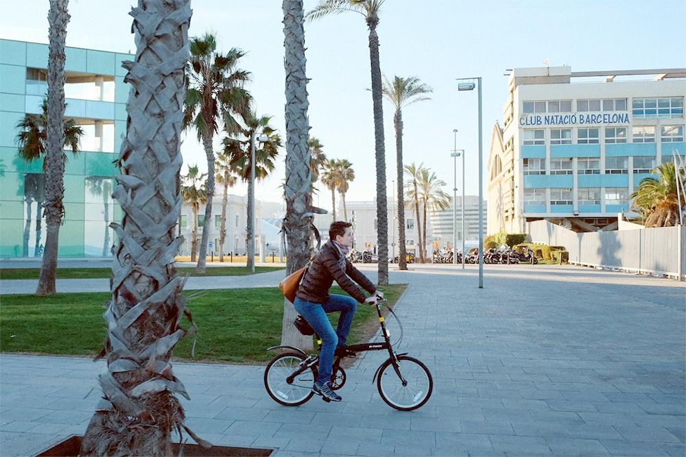 Для первой поездки по Европе я позаимствовала складной велосипед у знакомой. На фото катаюсь по Барселоне