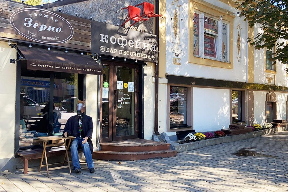 Кофейня «Песочница» расположена в доме итальянского купца Гаэтано. Когда я впервые увидел фигуру коня в джинсах, то подумал, что это живой человек в маске
