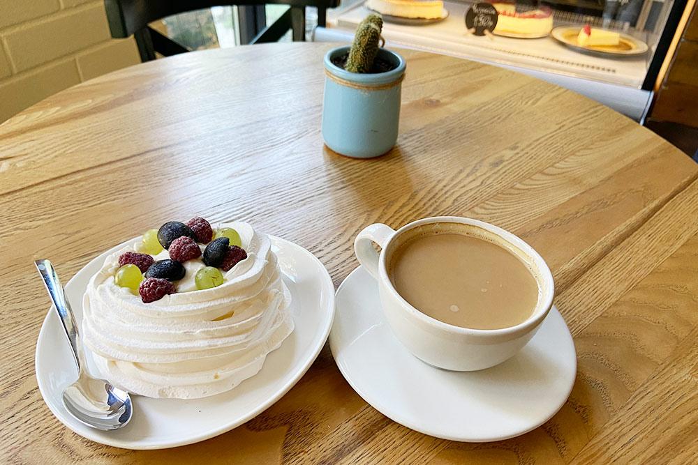 Пирожное «Анна Павлова» и чашка кофе в «Песочнице» обошлись мне в 300<span class=ruble>Р</span>