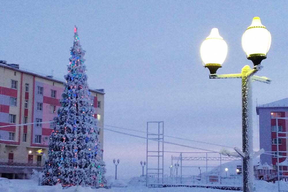 Новогодняя елка напротив «Айсберга». Справа сцена, где выступают музыкальные коллективы города