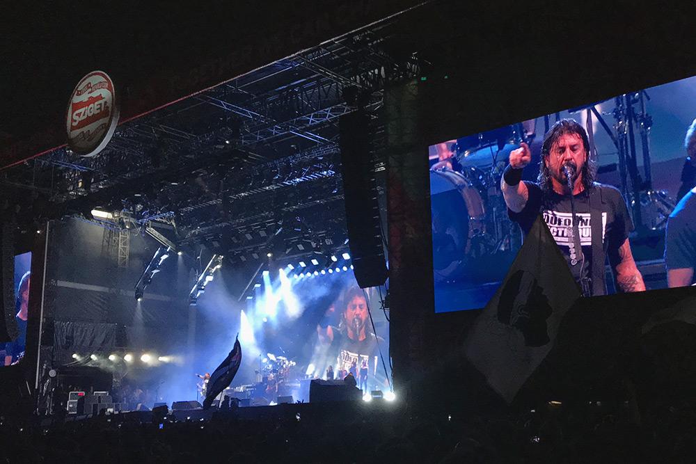 А еще там же сыграли Foo Fighters. Чтобы стоять как можно ближе к сцене, люди не сходили со своих мест в течение двух часов до начала их выступления