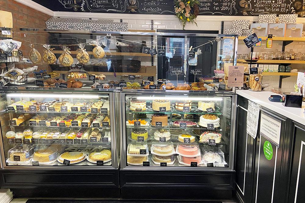 «Три орешка» — моя любимая кофейня в Таганроге. Пирожные стоят по 120—250<span class=ruble>Р</span>, а огромный торт потянет на 5000<span class=ruble>Р</span>