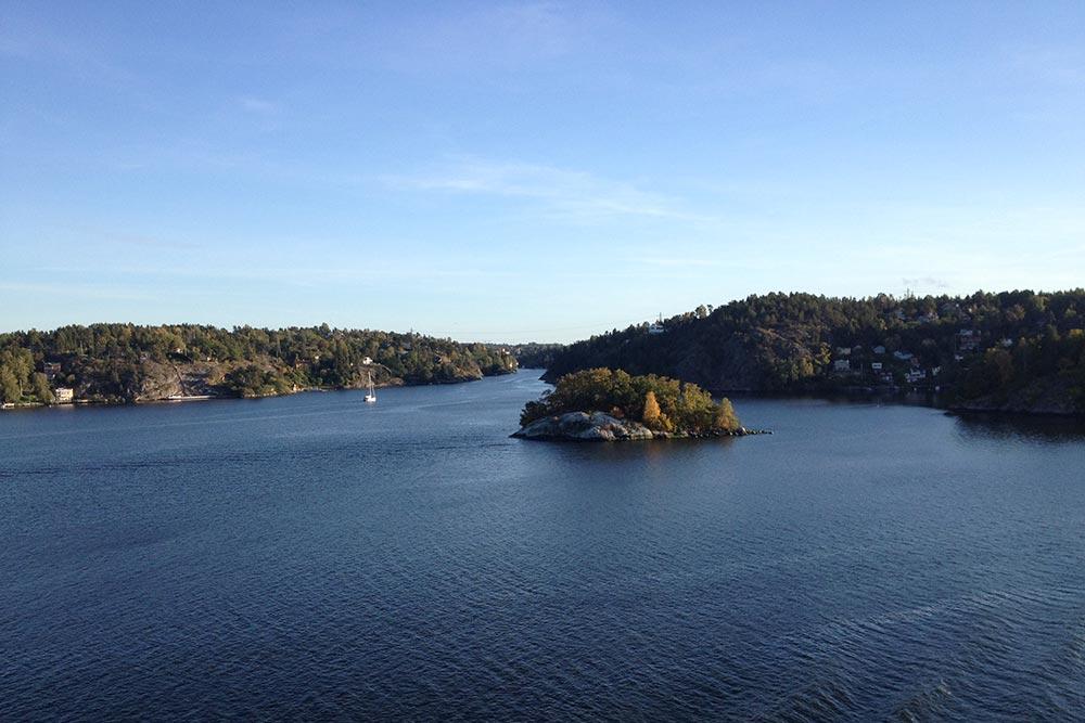 Когда вижу домики на островах и скалах, удивляюсь самодостаточности их владельцев. Уединение им, похоже, нужно больше, чем близость цивилизации