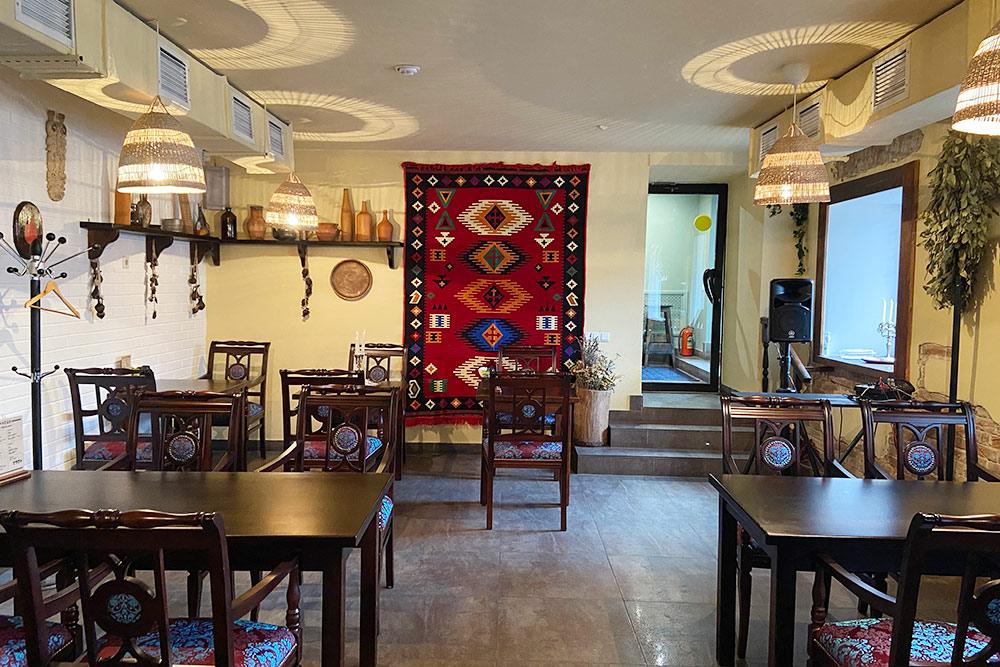 Зал ресторана «Кеци» стилизован подстарую грузинскую таверну