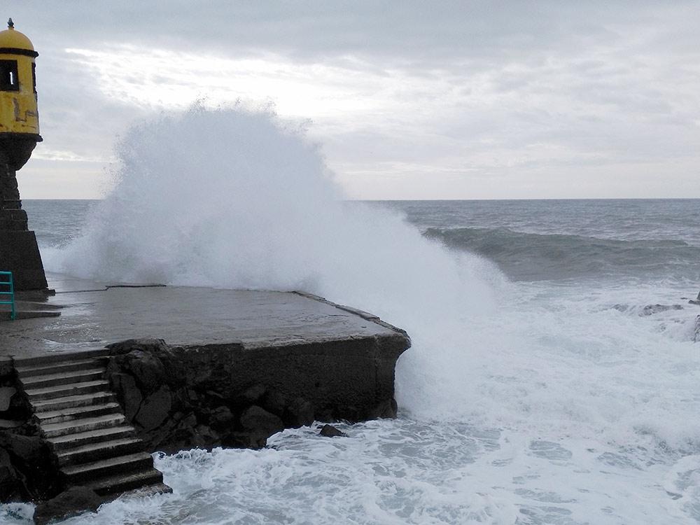 Недалеко от улицы Санта Мария находится маяк. Близко к волнам подходить опасно: смоют и утащат в океан