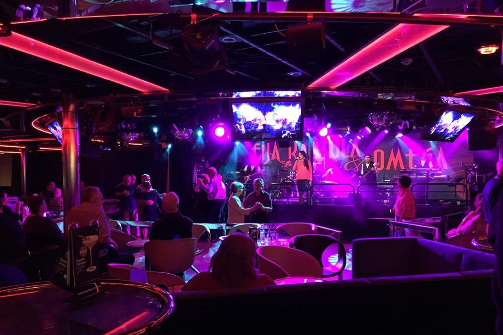 Типичный вечерний бар с живой музыкой