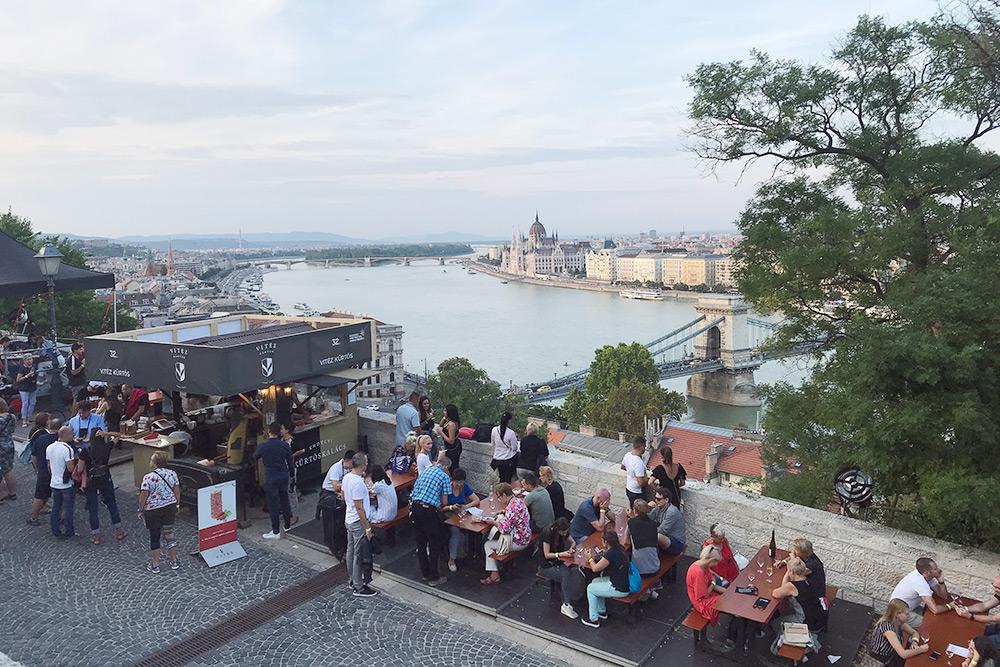 Многие зоны открыты для всех посетителей. Обычный билет на день стоит 3900 Ft (858 рублей). Самый дорогой билет обойдется в 16 500 Ft (3630 рублей) — в эту сумму включены эксклюзивные вина и ужин из трех блюд на вип-террасе