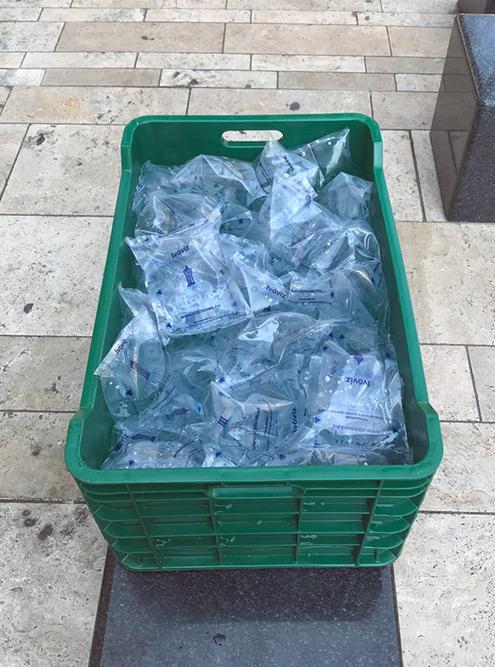 В самые жаркие дни коммунальные службы раздают воду в пакетиках