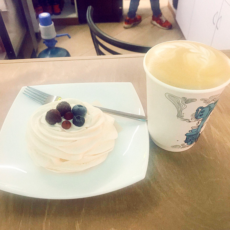 Кофе с пирожным — 216<span class=ruble>Р</span>