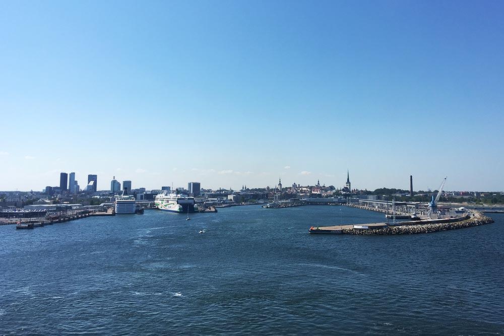 После отправления можно провести на палубе пару часов, рассматривая удаляющийся город и острова в море. На фото — Таллин