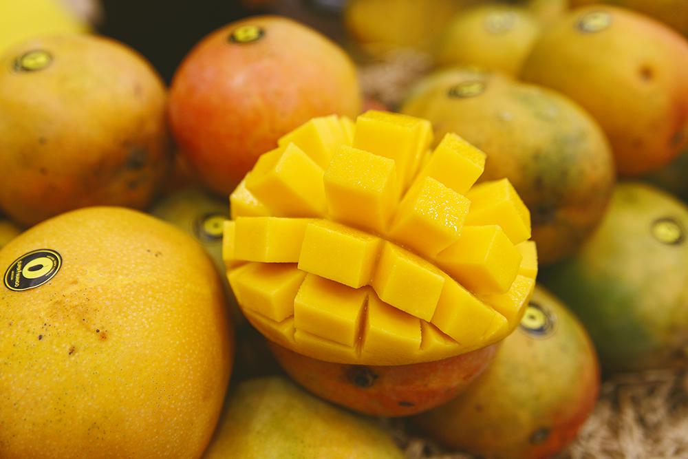 Сотрудники торговых точек показывали, как правильно чистить фрукт, и помимо коктейлей предлагали прохожим купить манговую нарезку