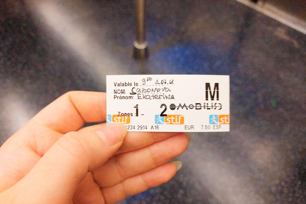 Перед первым использованием на билете «Мобилис» нужно написать имя владельца, дату и время. Если написать нечем, обратитесь к работнику станции. Если этого не сделать, контролер признает билет недействительным и выпишет штраф