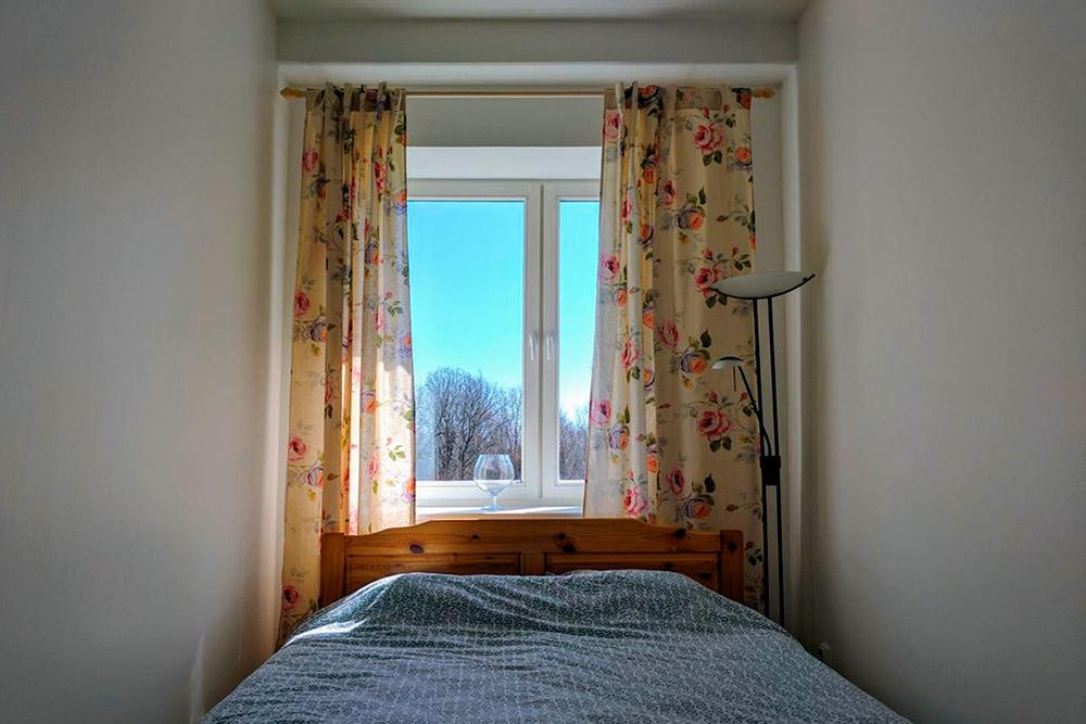 Спальня маленькая, но уютная. А из этого окна ночью мы смотрели на яркие звезды. Фото: Booking.com