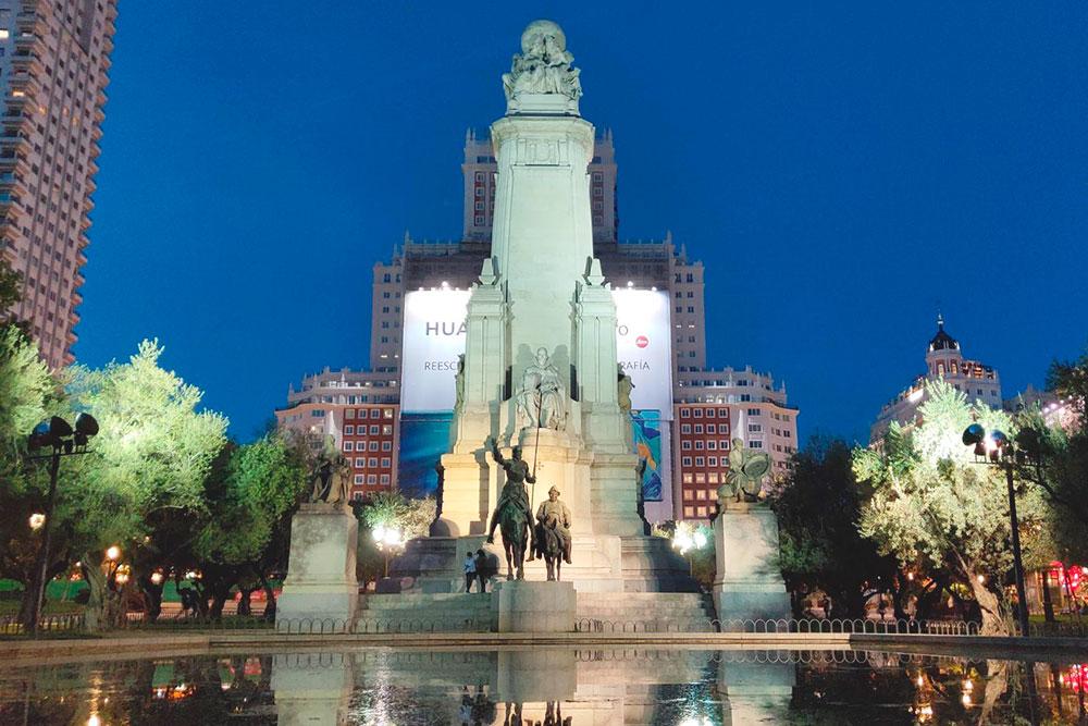 На площади хорошо прятаться от жары: здесь много деревьев и фонтанов
