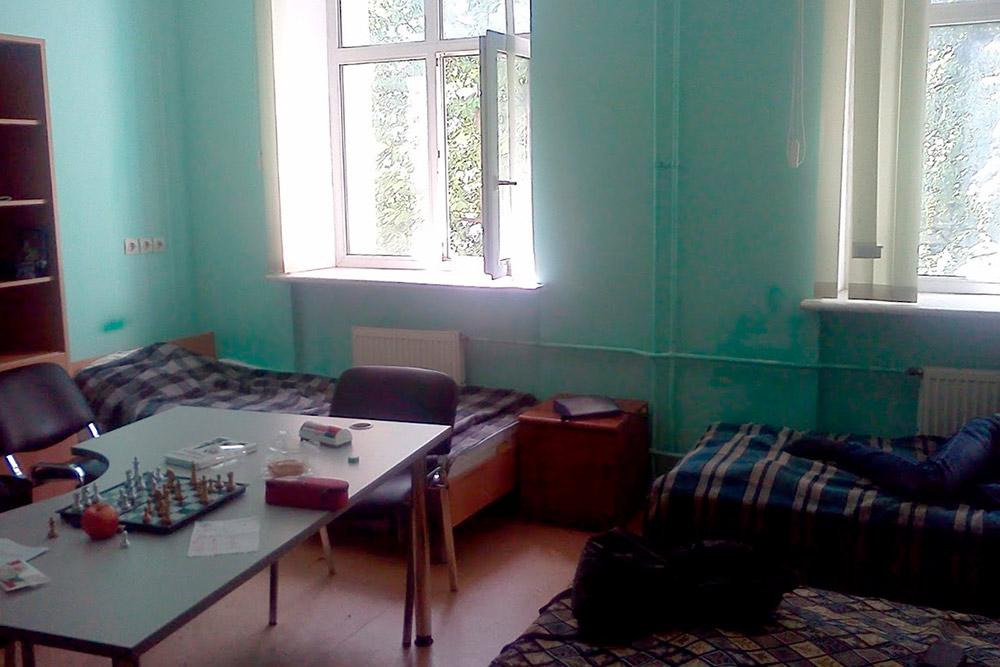 Комната общежития. Окна выходят на парк