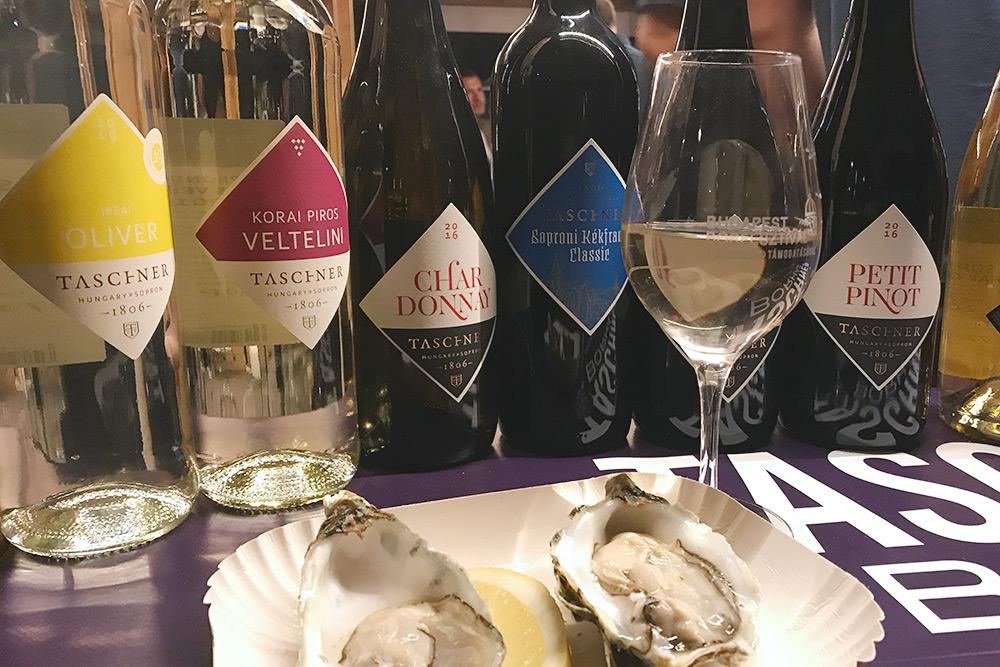 На фестивале представлены более 1000 вин венгерских и зарубежных производителей, а также сыры, морепродукты и венгерские традиционные блюда